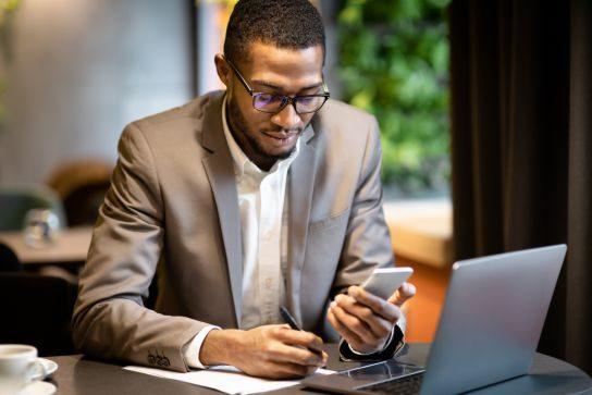 Homem analisando as contas